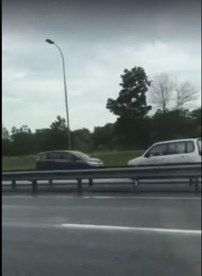 视频可见,逆行轿车偶尔与其它轿车在高速公路上插身而过,险象环生。