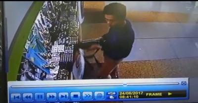 沙米鲁购物后忘记拉上腰包拉链。(取自视频截图。)