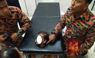 女童头部被牢牢套住在按摩床洞口,消拯人员在旁商讨抢救方式。