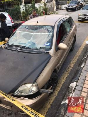 车子的防撞杆有被撞的痕迹,警方封锁现场查案。