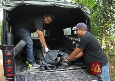 3名匪徒企图挥刀攻击警方,反被警方开枪射毙。