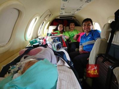 小锦伟在专机上复苏,晚也小锦伟的大人和随的医护人员。