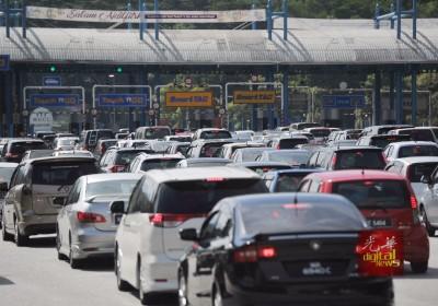 成百上千车主进入加叻大道前,堵在鹅唛收费站前。