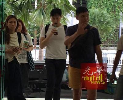 张智霖身穿白色T衫,右手持咖啡饮料,边喝边走进乌迪尼广场准备就位拍摄。
