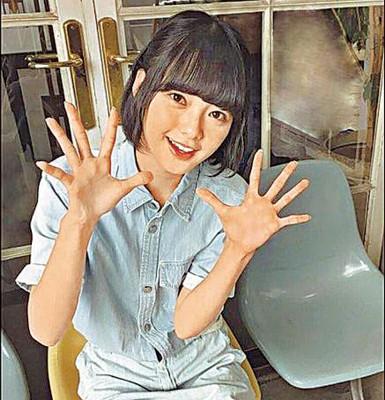 """榉坂46""""16岁成员平手友梨奈外型清纯甜美。"""