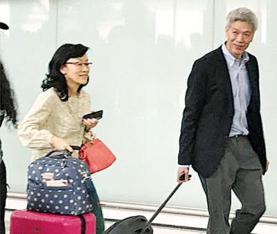 香港媒体直击李发扬与夫人林学芬相差香港国际机场。