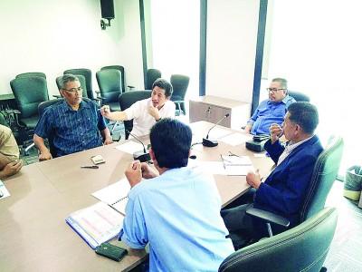 左起依斯迈沙烈、魏晓隆等人与阿都干尼会面,商讨有关吉州缺水问题。