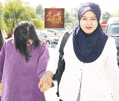 女性嫌犯一直没有着头,因长发遮脸。