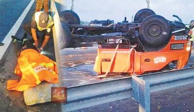 大道维修工程承包公司的罗里被撞后断成2截,罗里车头四轮朝天在大道中。约50岁的罗里后座工作人员当场毙命。