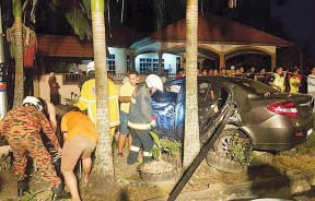 2名死者乘坐的轿车前面和左边车身严重毁坏。