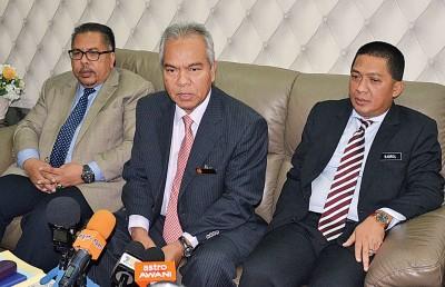 吉打州秘书峇卡丁向媒体发布继续配水的消息,左为吉打水务公司首席执行员卡尼,右为峇鲁希山行政议员。