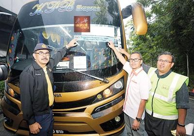 尤索夫阿育(左) 当巴士大镜贴上陆路交通局通报贴纸 。