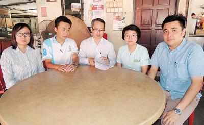郑佳仪(右2)交易网站挂卖货遇上骗子,卖货不成险遭拐钱。左起王育璇、许钪凯、刘子健及右方美铼。