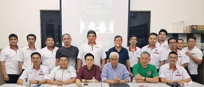 """火箭开讲系列中文论坛""""巫伊勾结,啊哪个利益""""主讲人与各区代表。前排左起吴要勤、胡佑强、黄家和、彭文宝、彭文志、张维宏。"""