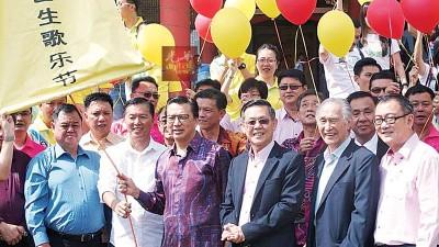 廖中莱(前排右4)以及巴生华团领袖进行交流。