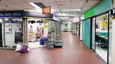 光大广场内有数家外劳店铺,图左为外劳经营的杂货店及食店(右)。