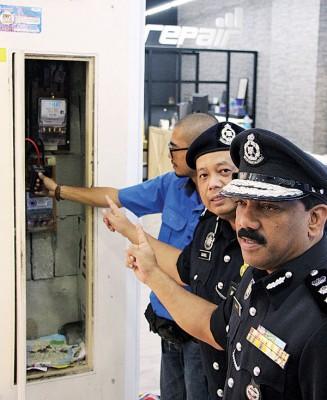 安华(右起)和再诺监督国能人员拆除非法赌博中心的电表。