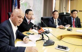 再鲁(左1)强调自己随时可与阿都拉曼达兰见面,给后者详细资料,但重申本身作为一名巫统党员,断不会起诉另一名巫统党员。左2起是林冠英、林峰成和黄汉伟。