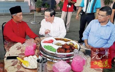 慕尤丁(左)与林冠英(中)在开斋宴上交流,右为赛夫丁。