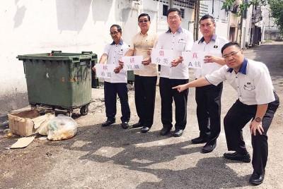 (左起)沈耀权、林海顺、许智勇、黄义伦和陈诠峰,批评槟州政府在垃圾源头分类措施,实施上不能形成。