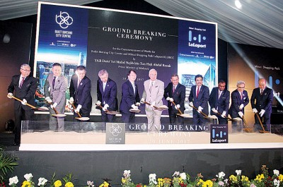 首相纳吉(受)也武吉不登城市中心和三井购物中心举行奠基仪式。左4也日本驻马大使宫川真爱雄。