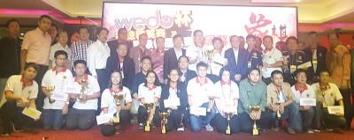 一众嘉宾与三大赛得奖者合照。