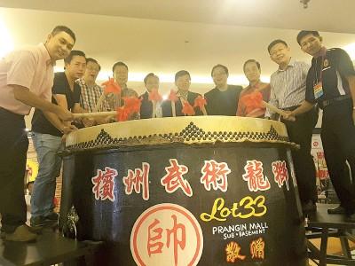 陈川正、方万春、曹观友、郑来兴、杨清辉、骆南辉等人,主持独特的擂霸鼓仪式。