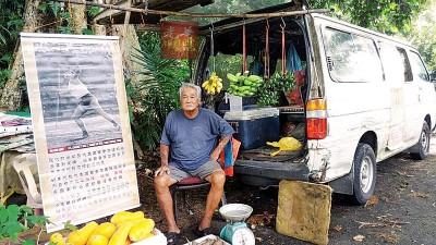 黄家骝目前以拉律山山脚下摆卖水果。
