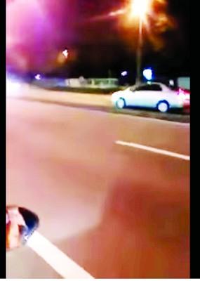 北海往居林高速公路周四晚发生一起轿车逆向行驶事件,惊险一幕被一名摩托车骑士拍下,视频放上社交媒体后广传。