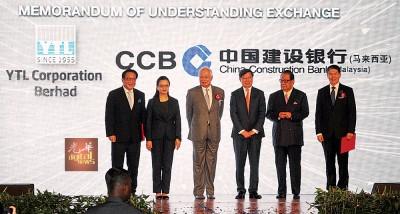 马珈(左2起)、纳吉、王洪章及杨忠礼见证杨肃斌(左)代表杨忠礼集团与江建华签署合作备忘录。