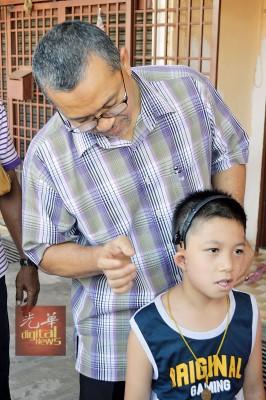 阿兹兰为许利宏戴上头夹式数字骨导助听器。