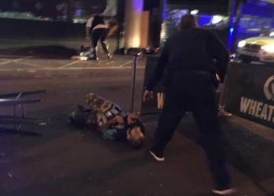网民上载的照片可见,一名男子躺在地上,身缠多个可疑小罐。(互联网图片)