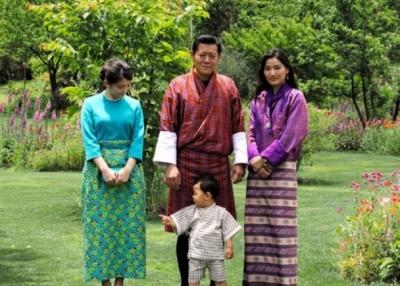 真子公主(左)与不丹国王旺楚克(中后)一家合照。(互联网图片)