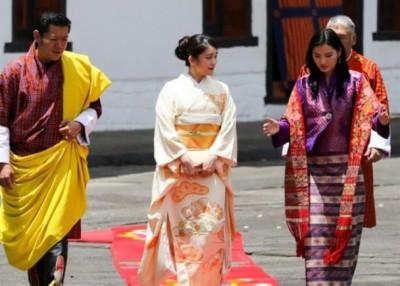 真子(中)身穿和服,与旺楚克夫妇会面。(互联网图片)