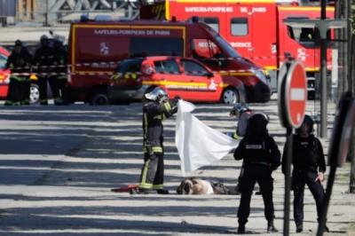 救援人员用白布遮盖尸体。