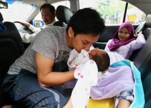 女事主(右)在车上分娩,丈夫(中)与司机帮助接生。(互联网图片)
