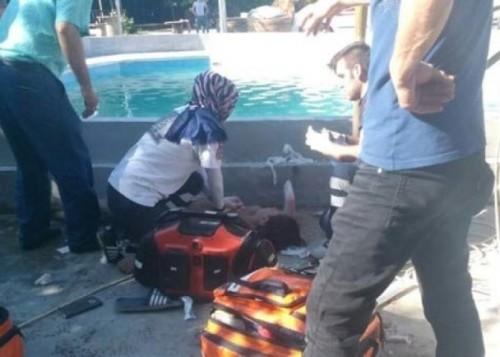 救护员在试图拯救被触电者。(互联网图片)