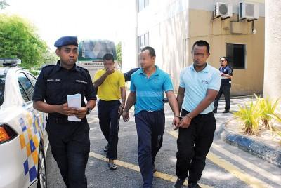 3名戒毒者因于戒毒所内在生殖器官置入珠,被判监禁8个月,并由警方押送返监狱。