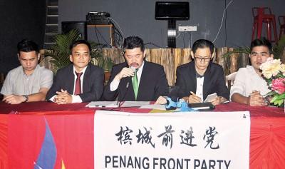 """槟州前进党就""""独中统考是否违宪""""辩论会变记者会,左起黄宗汉、王松富、黄家业、林致勤及黄宗骏。"""