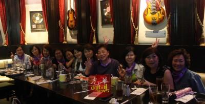 吕彩娥(右2)与其他康复者聚餐聊天。