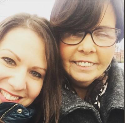 荷娜(右)从未见过女儿(左)成年后的面孔。