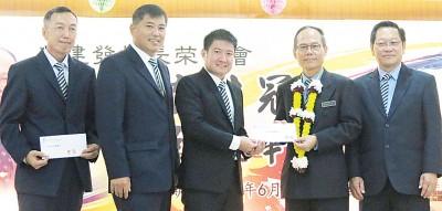 吴建发(右2)移交捐款予董事部及家教协会,左起王孙基、符明科与林华荣,右为王庆中。