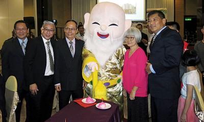 寿星公出现在晚宴上,为吴建发(左3)祝寿,左起王庆中及拿督锺如安局绅,右起符明科与吴建发夫人翁秀珠。