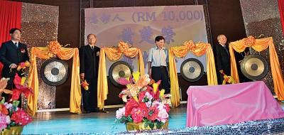 黄胤喜(左起)、黄振江、黄楚荣和黄锦华一起主持鸣锣仪式。