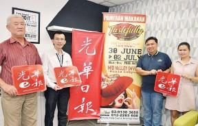 《光华日报》再次与主办单位合作,喜爱美食的您可千万不要错过吉隆坡站的食品展,左起为徐秋源、吴义民、李荣伦及封雪婷。