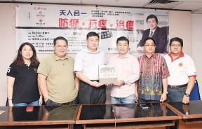 王益辉(右3)赠送纪念品予穆峰教授(左3),左起陈靖枂、林星发、郑荣兴及郑达明陪同。