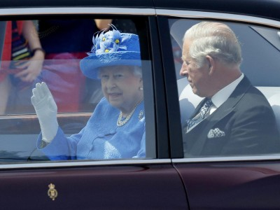 女王伊丽莎白二世与王储查尔斯一同乘车前往西敏寺,被民众发现没系上安全带。