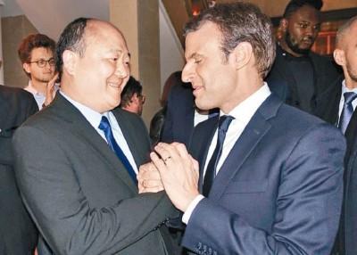 陈文雄(左)代表马克宏(右)的政党出选。