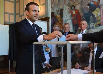 总统马克宏到票站投票。(法新社照片)