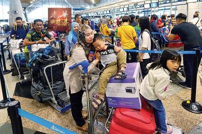 多游子选择就多飞机回乡,致办理登记的柜台也起人上。